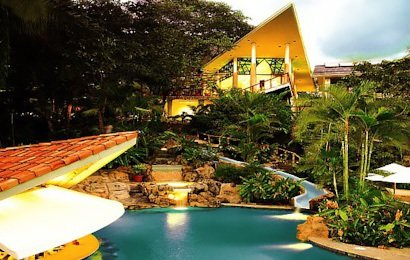Si Como No Resort and Spa sits atop the jungle lined hillside of Manuel Antonio overlooking the gorgeous Pacific coast.