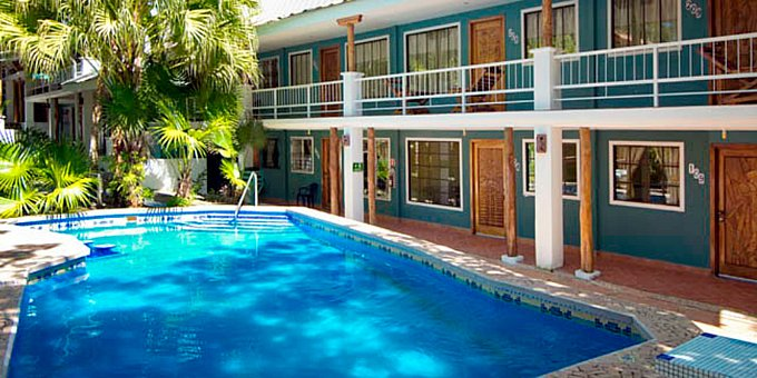 The two-star Hotel Verde Mar is a budget hotel located in Manuel Antonio. The thing that separates this hotel from other similar hotels is its prime location right next to the beach. Amenities of the Verde Mar Hotel include a swimming pool and beach access. The hotel also provides internet access so you can always stay connected.