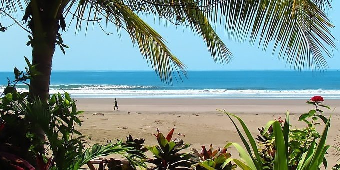 Playa Hermosa temperatures remain the same nearly year round with average day time highs in the upper 80s to low 90s and night time lows in the upper 70s.
