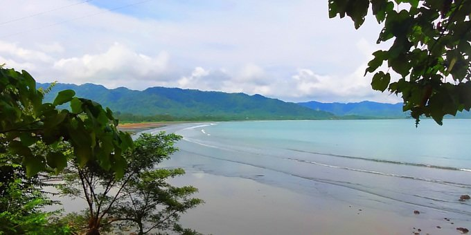 Playa Tambor is located on the southern Nicoya Peninsula and is known for its beautiful beaches of gray sand and rolling hills filled with miles of forest.